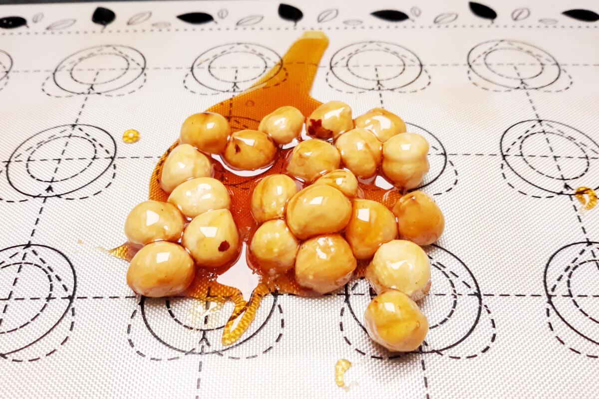 orzechy laskowe w karmelu do praliny orzechowej talerz