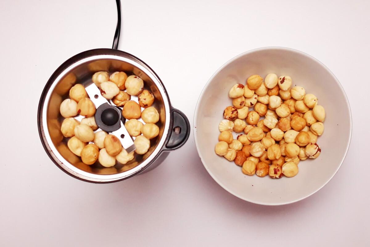 mielenie orzechów laskowych na mąkę, miska, młynek do kawy orzechy laskowe