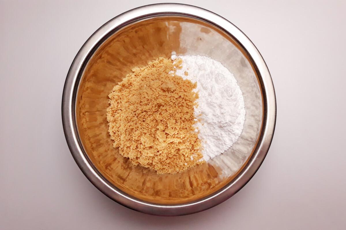 przygotowanie blatu bezowego z orzechami laskowymi mieszanie cukru pudru i mąki z orzechów laskowych miska