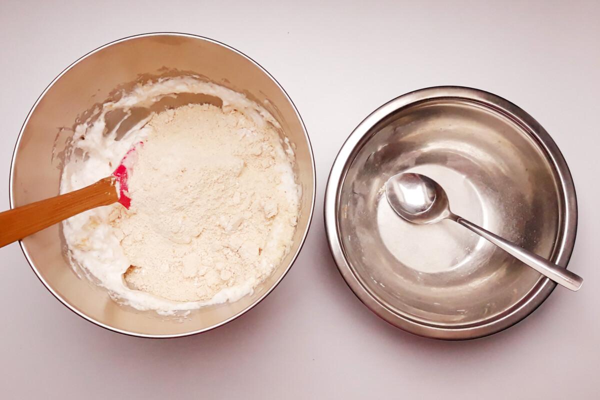 przygotowanie blatu bezowego z orzechami laskowymi mieszanie miska szpatułka łyżka
