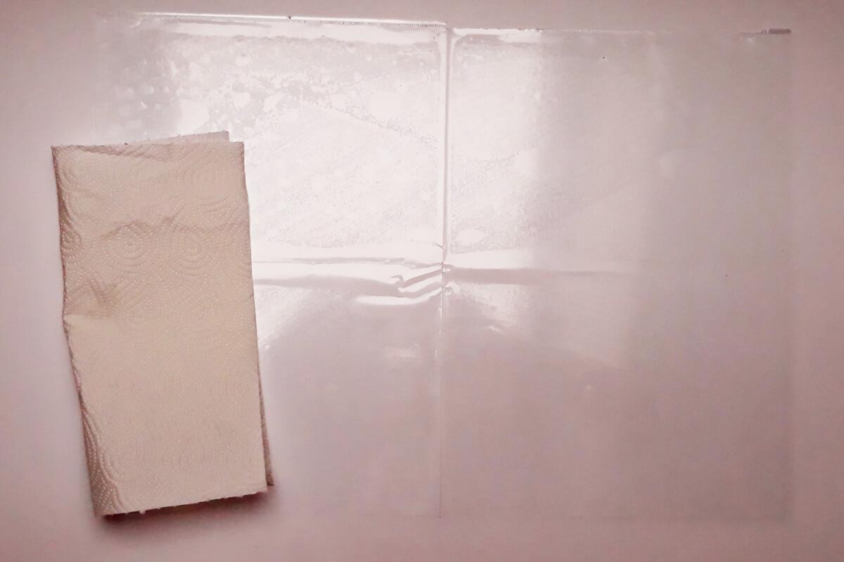 akcesoria do wylewania różowej czekolady folia i ręcznik papierowy