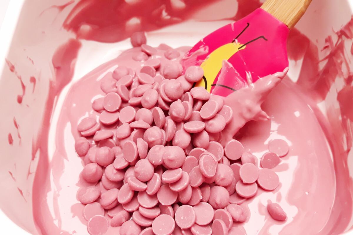 temperowanie różowa czekolada ruby chocolate szpatułka miska zasiewanie