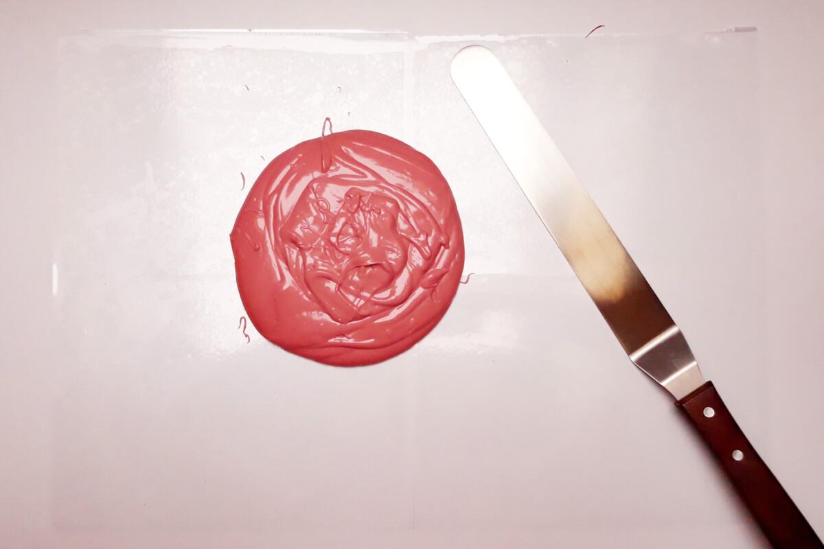 temperowana różowa czekolada ruby chocolate rozprowadzanie szpatuła
