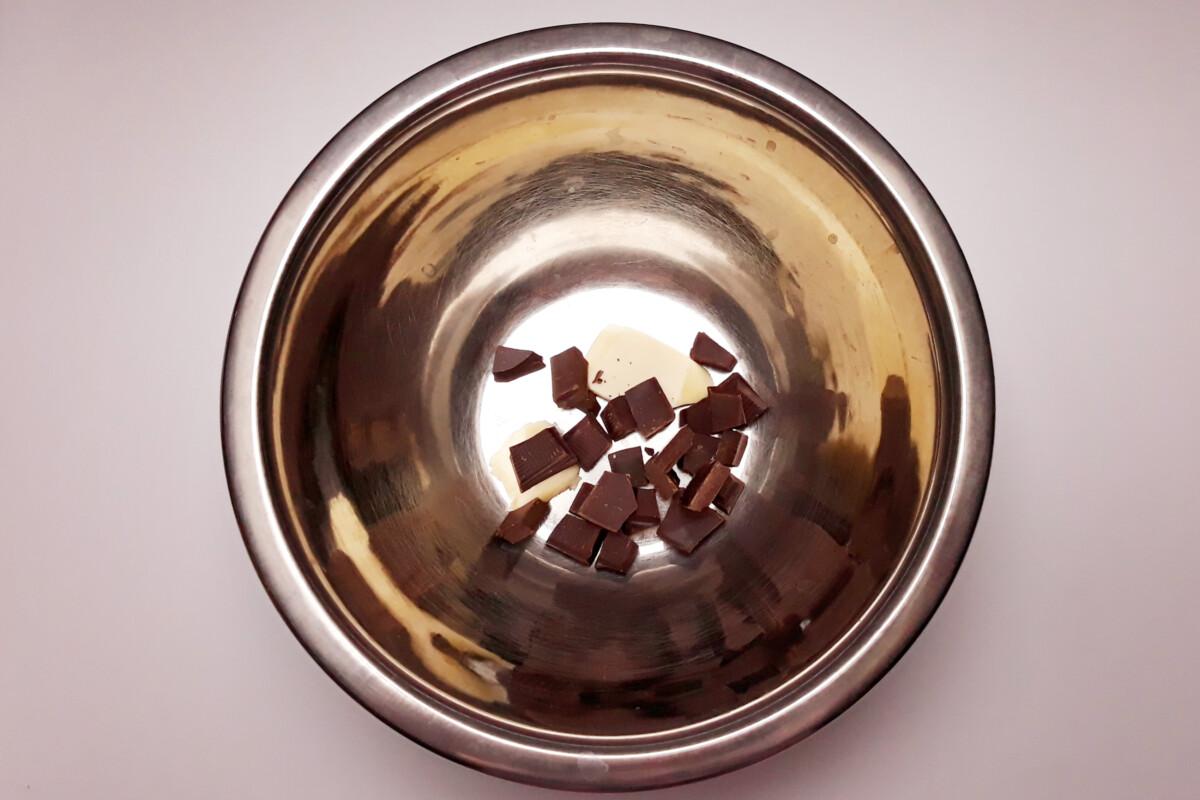 przygotowanie czekolady i masła do rozpuszczenia, miska