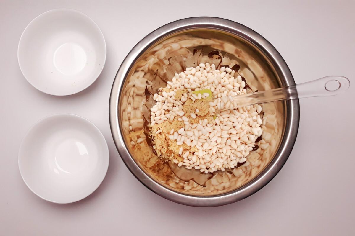 przygotowanie chrupki z orzechów, ryżu preparowanego i czekolady, miska, szpatułka
