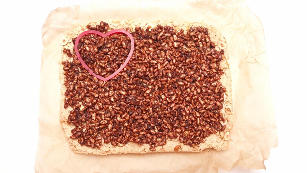 wycinanie serc z blatu bezowego, orzechów, ryżu preparowanego i czekolady, foremka w ksztłacie serca