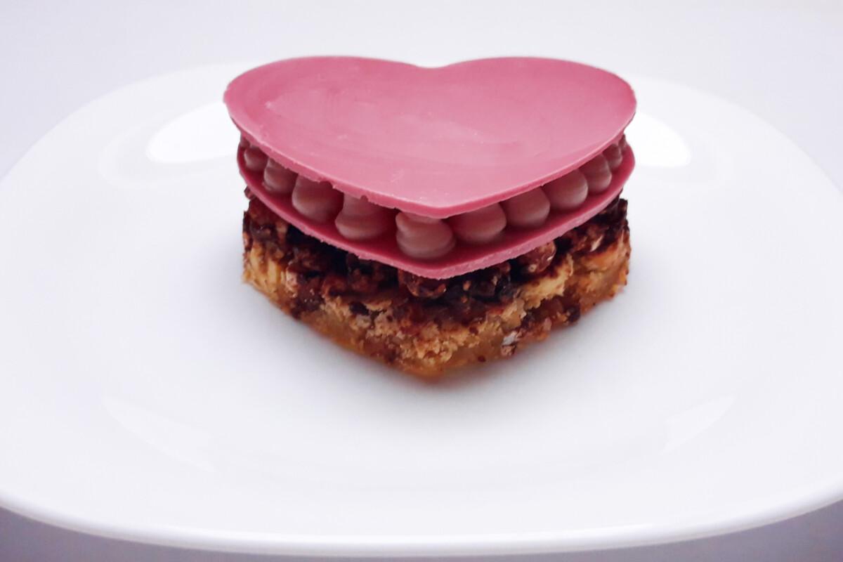 przygotowanie deseru z różowej czekolady , w trakcie składania