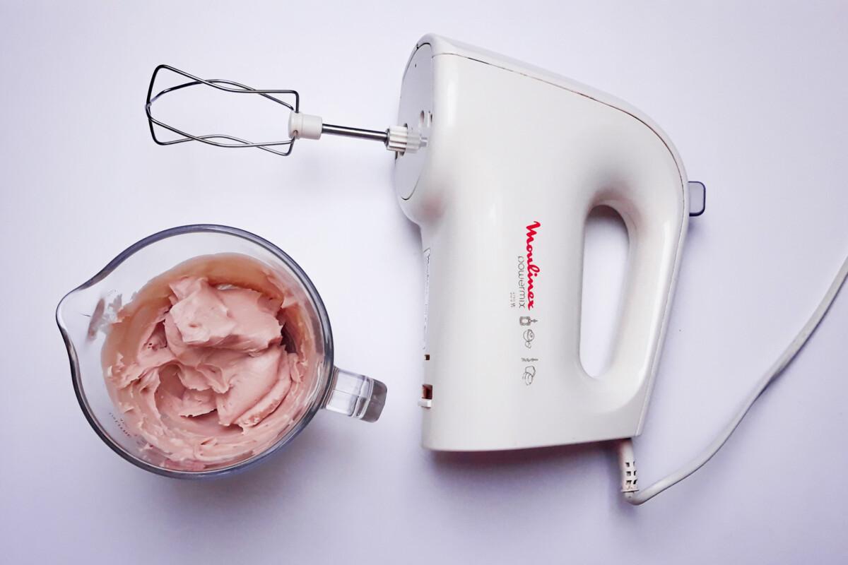 ganache z różowej czekolady przed ubiciem dzbanek mikser ręczny