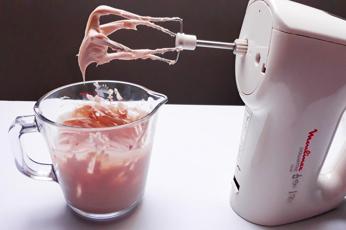 ganache z różowej czekolady po ubiciu dzbanek mikser ręczny