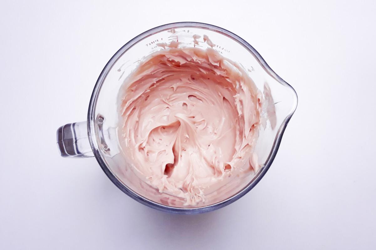 ganache z różowej czekolady po ubiciu dzbanek