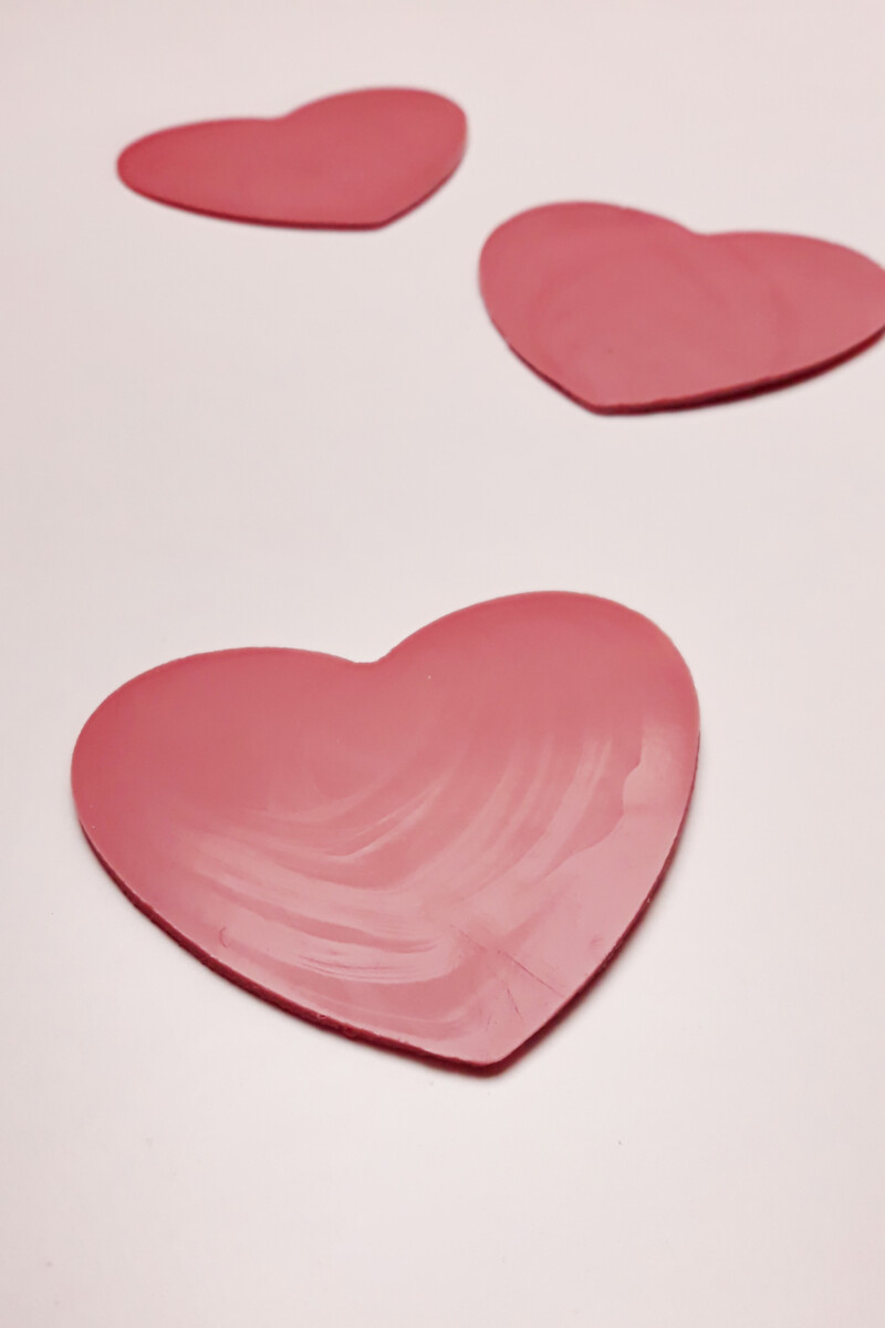 serce wycięte z temperowanej różowej czekolady (ruby chocolate)