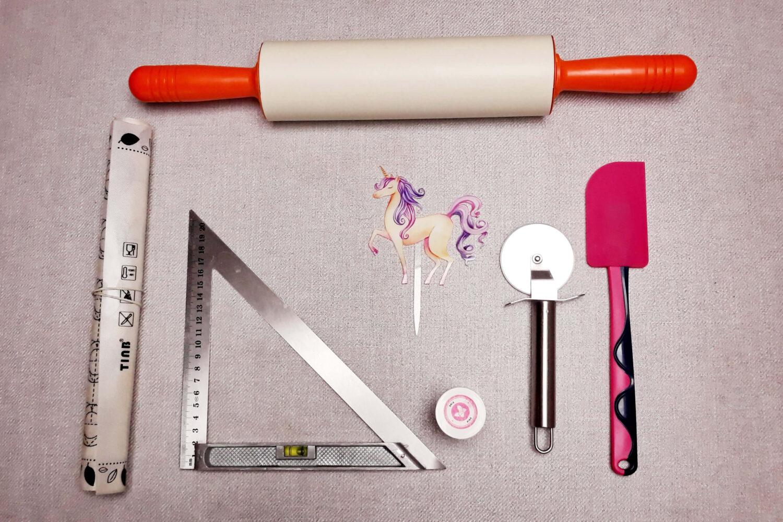 narzędzia do przygotowania sugar sheet, linijka, mata silikonowa, wałek, nóż, szpatułka, barwnik spożywczy, topper jednorożec