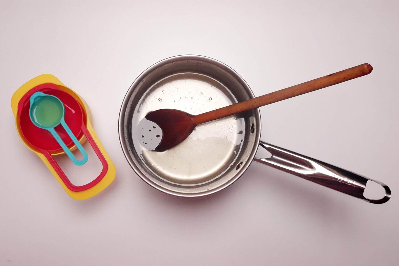 Przygoowanie syropu glukozowego do sugar sheet, miarki, cukier, woda, sok z cytryny, garnek