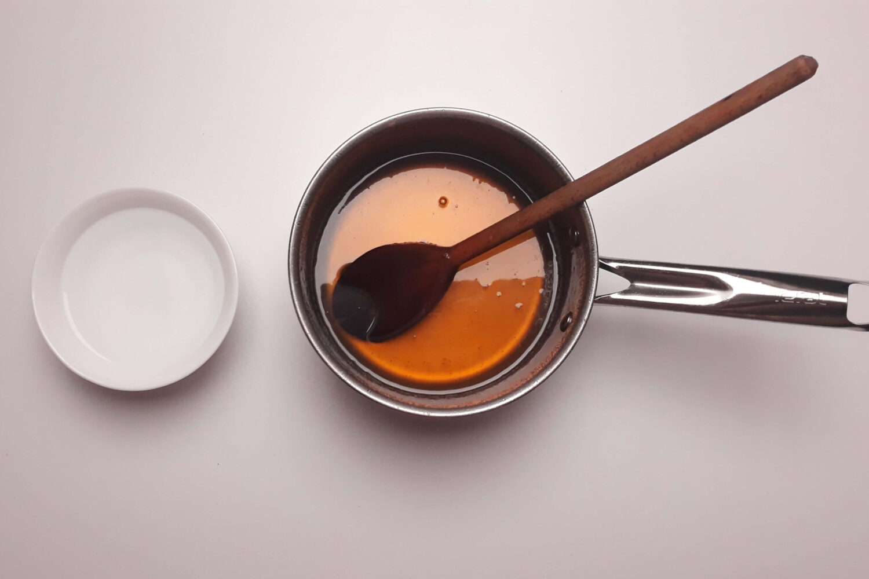 Ugotowany syrop glukozowy do sugar sheet, garnek, miska
