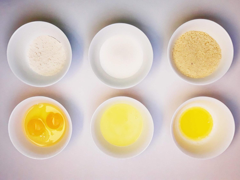 przygotowanie biszkoptu ze wzorem joconde cake, składniki, mąka z migdałów, mąka pszenna, rozpuszczone masło, cukier, jajka. białka, miski