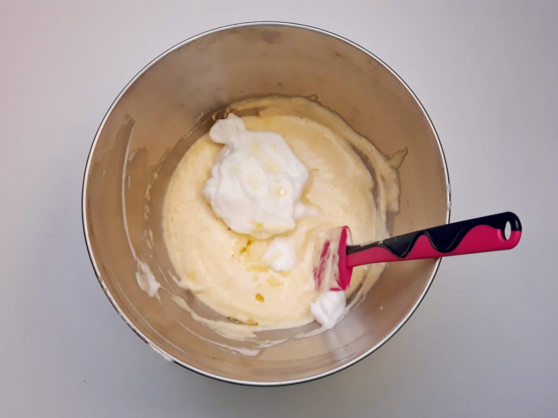 przygotowanie biszkoptu ze wzorem joconde cake, łączenie masy z ubitymi białkami, miska, szpatułka, misa mikser
