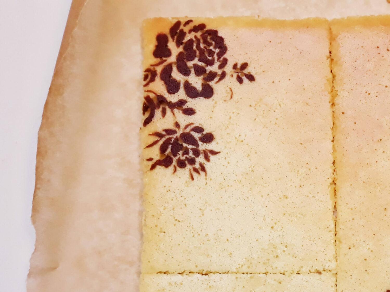 składanie deseru joconde cake, docinanie biszkoptu ze wzorem, papier do pieczenia