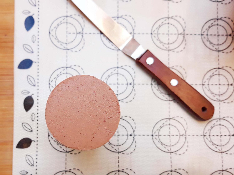 gotowy deserek otoczony biszkoptem z wzorem, mata silikonowa, szpatułka