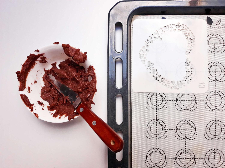 przygotowanie biszkoptu ze wzorem, blaszka, mata silikonowa, przygotowanie wzoru, szablon, miska, szpatułka