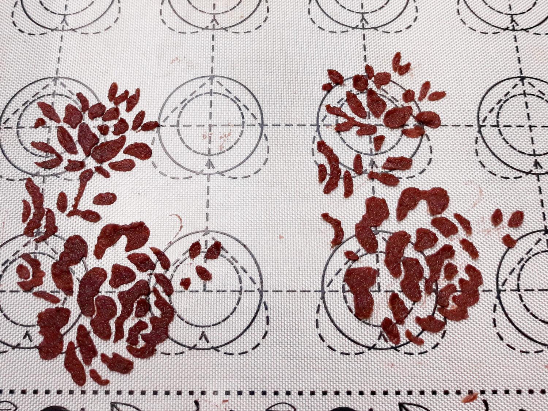 przygotowanie biszkoptu ze wzorem, blaszka, mata silikonowa, gotowy wzór z szablonu
