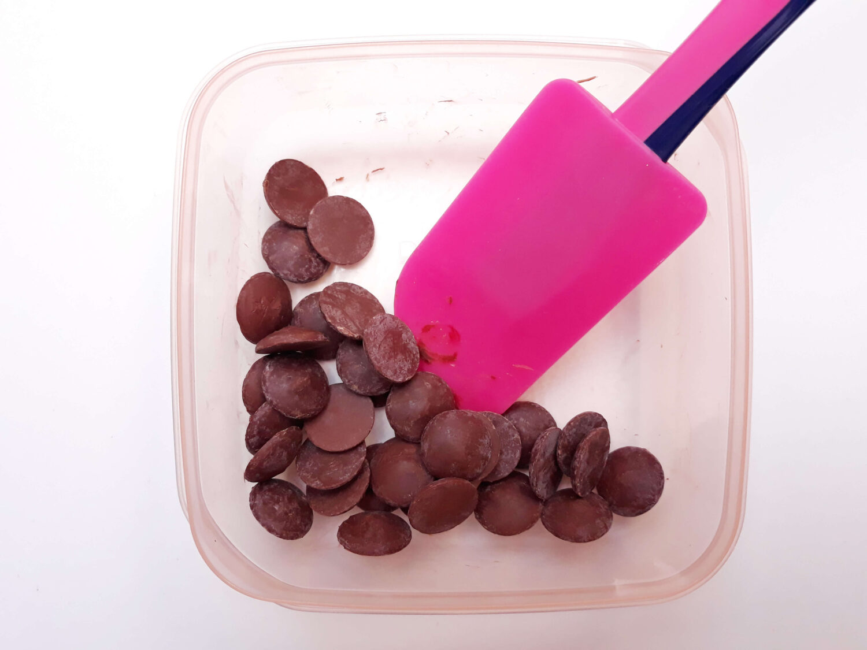 proces temperowania czekolady, rozpuszczanie czekolady w mikrofalówce, czekolada, miska, łopatka