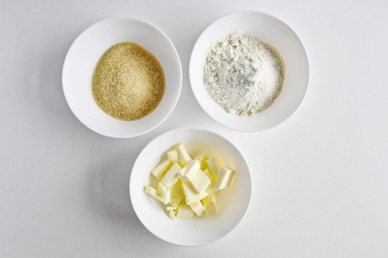 Składniki potrzebne do przygotowania kruszonki: cukier trzcinowy, mąka pszenna, masło.