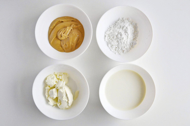 Składniki potrzebne do przygotowania kremu fistaszkowego: masło orzechowe, cukeir puder, serek mascarpone, śmietana kremówka