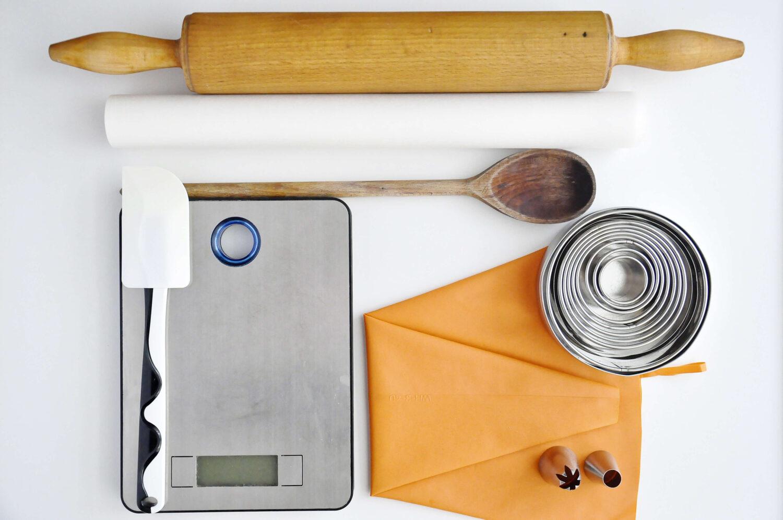 Narzędzia potrzbene do przygotowania ptysi z kruszonką, kremem fistaszkowym i malinami.