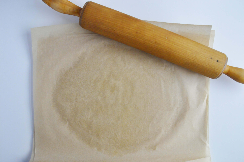 Wałkowanie kruszonki pomiędzy dwoma arkuszami papieru do pieczenia.