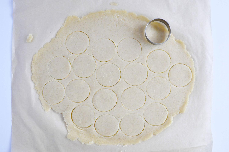 Wycinanie kółek z kruszonk. Okrągły wykrawacz do ciasta.