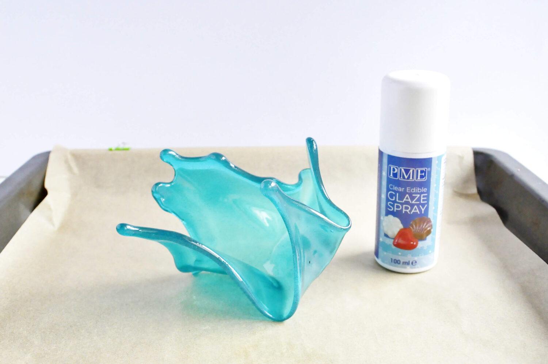 Zabezpieczanie splashu z izomaltu bezbarwnym lakierem spożywczym.