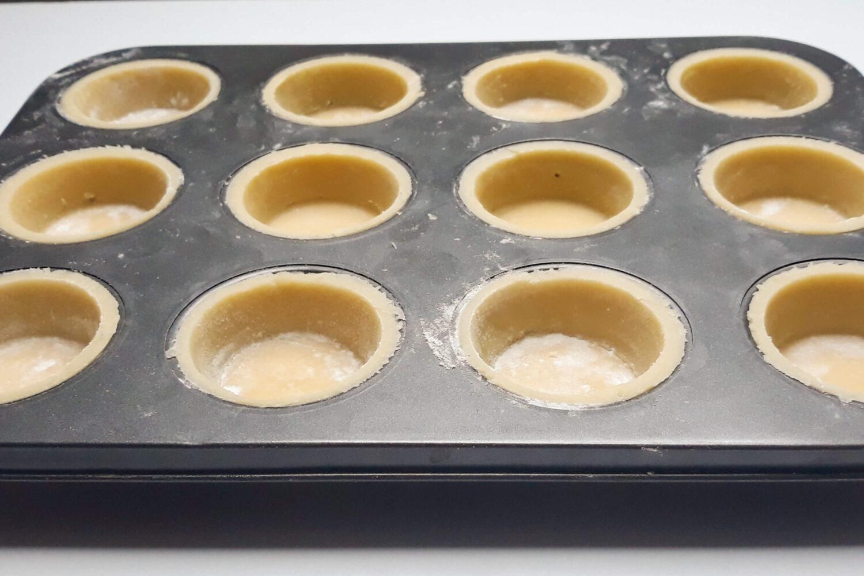 gotowe do wypieku korpusy tartaletek w formie do muffin