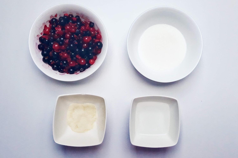 składniki na żelkę porzeczkową, porzeczki, cukier, woda, żelatyna, miski