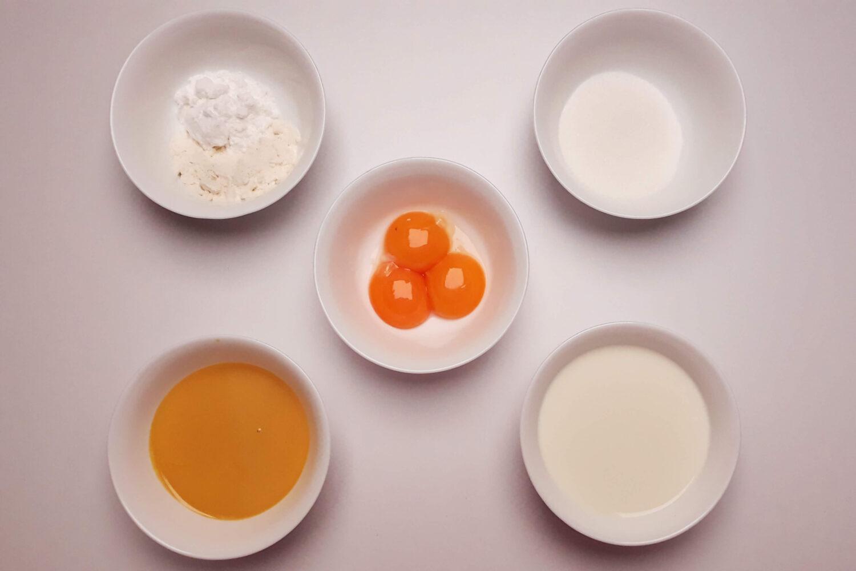 wykonanie budyniu ajerkoniakowego, przepis, ajerkoniak, żółtka, mąka, cukier, mleko