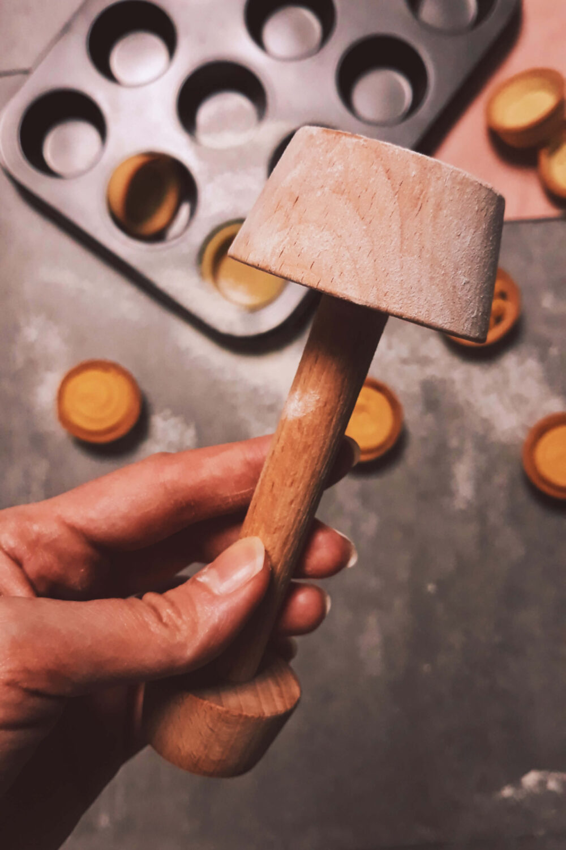 tartaletki z budyniem ajerkoniakowym i żelką porzeczkową, wykonane przy pomocy narzędzia do tartaletek