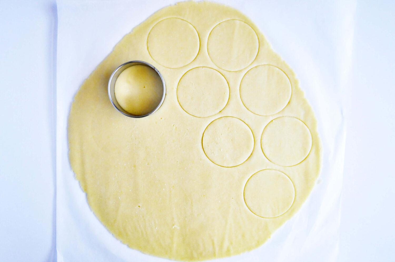 wykrawanie kruchych ciastek za pomocą okrąglej foremki