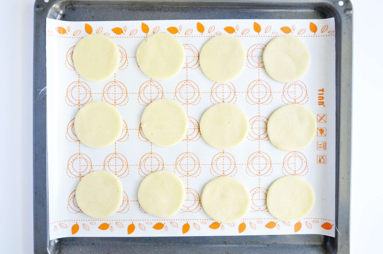 pieczenie kruchych ciasteczek na macie silikonowej
