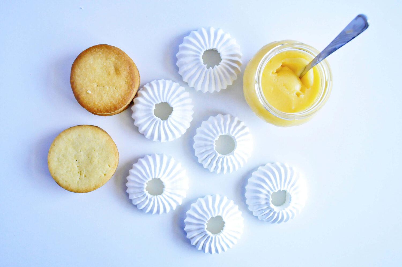 kruche ciasteczka maślane, beza sułtańska i lemon curd, cytrynowe bezowe mini tarty