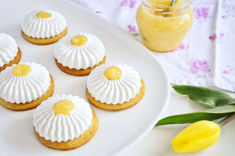 kruche ciasteczka z bezą i lemon curd, cytrynowe bezowe mini tarty