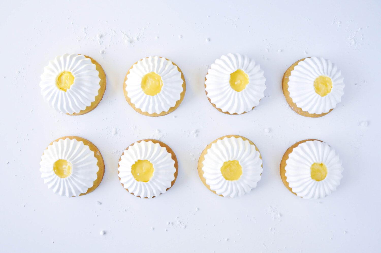 kruche ciasteczka z bezą i lemon curd, bezowe mini tarty