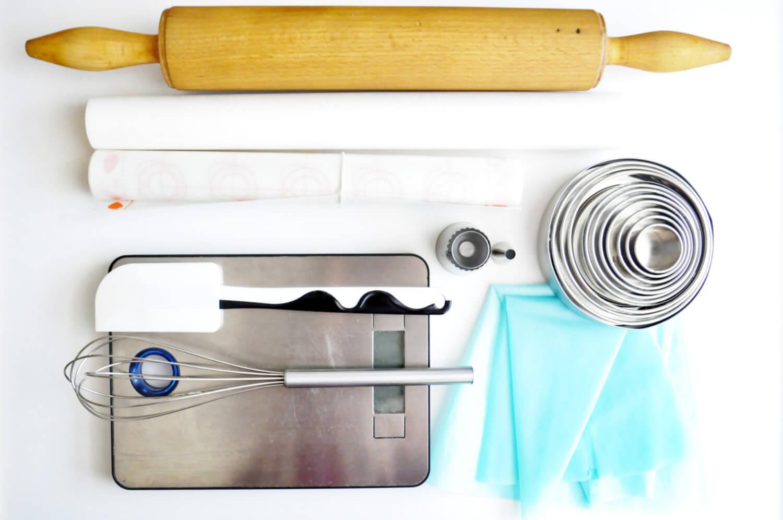narzedzia potrzebne do wykonania bezowych mini tart z lemon urd: wałek do ciasta, papier do pieczenia, nata silikonowa, waga kuchenna, silikonowa szpatułka, rózga kuchenna, silikonowe rękawy cukiernicze, zestaw okragłych wykrawaczy, tylka sułtańska, tylka z okrągłą końcówką