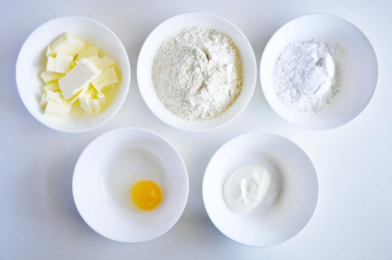 składniki potrzebne do przygotowania kruchych ciasteczek maślanych