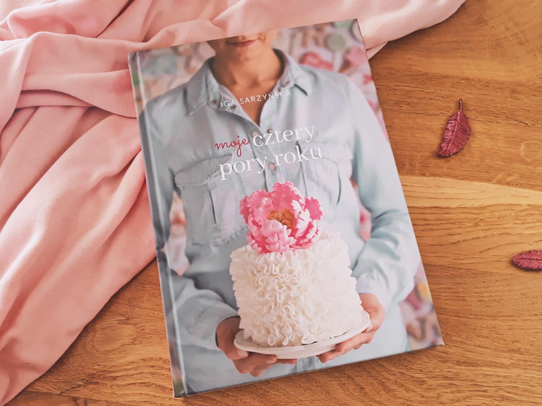 Top 5 najlepsze książki cukiernicze, które musisz przeczytać, książka,moje cztery pory roku, Iga Sarzyńska, różowe piórka z masy cukrowej