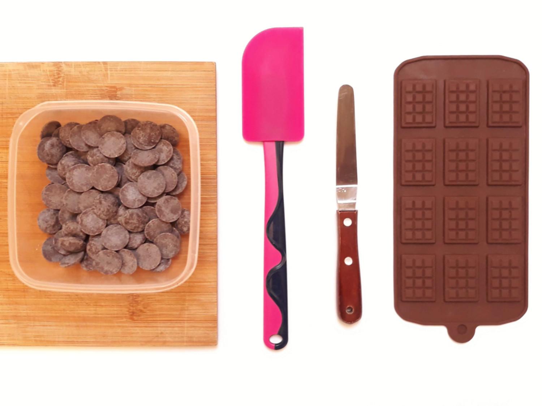 temperowanie czekolady, tworzenie mini tabliczek czekolady, mini tabliczki czekolady, forma na mini tabliczki, szpatułka silikonowa, czekolada, pojemnik plastikowy, deska do krojenia