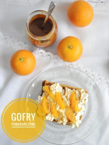 Pomarańczowe gofry ze śmietaną, sosem karmelowym i pomarańczami