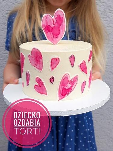tort z sercami malowanymi na papierze cukrowym na dzień matki, niech twoje dziecko ozdobi tort, pozwól swojemu dziecku ozdobić tort
