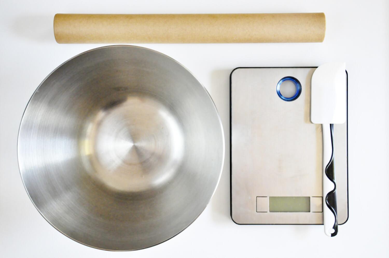 Narzędzia potrzebne do przygotowania bezy Pavlovej: waga kuchenna, łopatka silikonowa, stalowa misa, papier do pieczenia