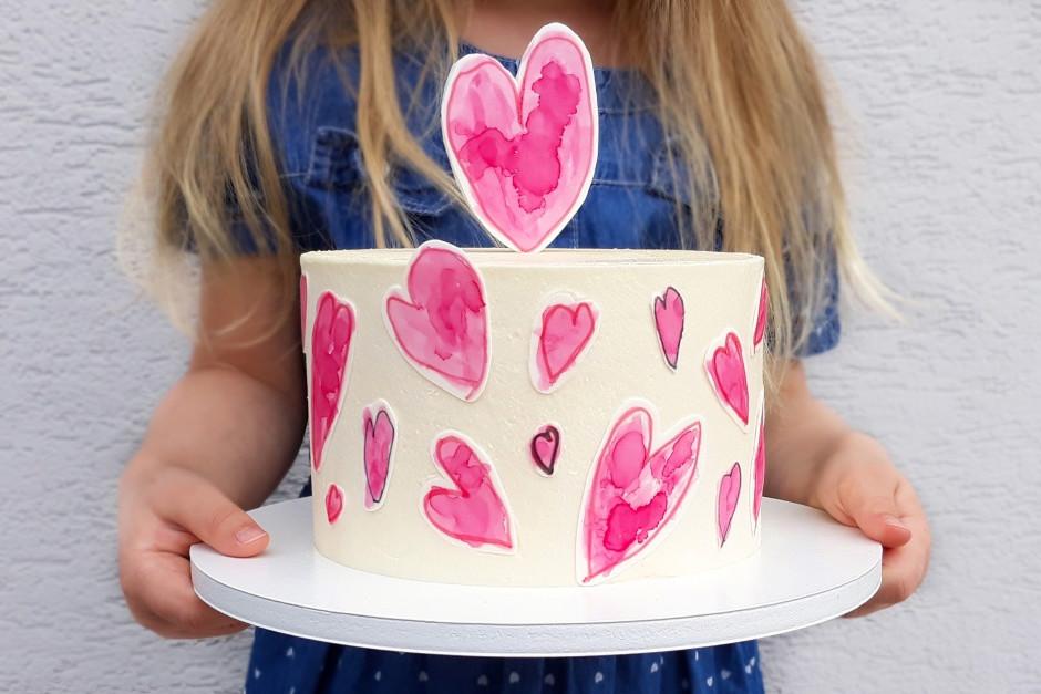 Tort ozdobiony sercami namalowanymi przez dziecko na papierze cukrowym. Prezent na Dzień Matki.