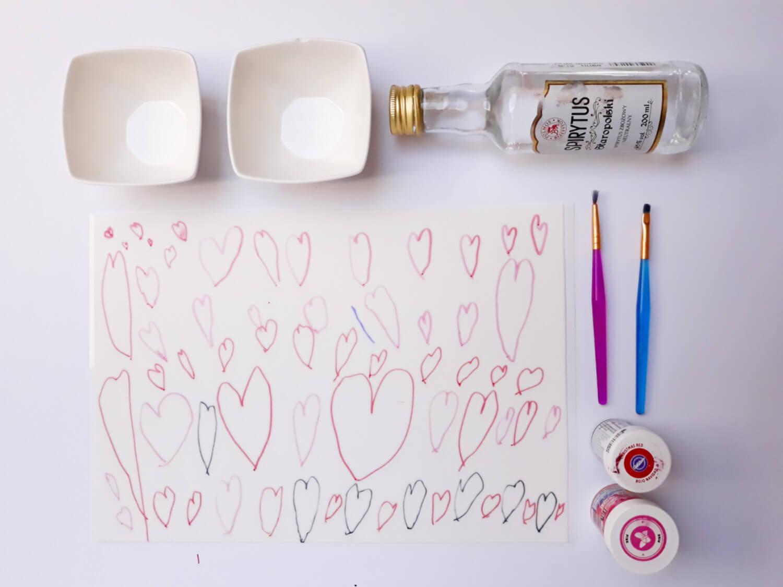 tort z sercami malowanymi na papierze cukrowym na dzień matki, niech twoje dziecko ozdobi tort, pozwól swojemu dziecku ozdobić tort, przygotowanie serduszek z papieru cukrowego, malowanie serc barwnikiem jadalnym, barwniki jadalne, spirytus, pędzelki, miseczki, papier cukrowy