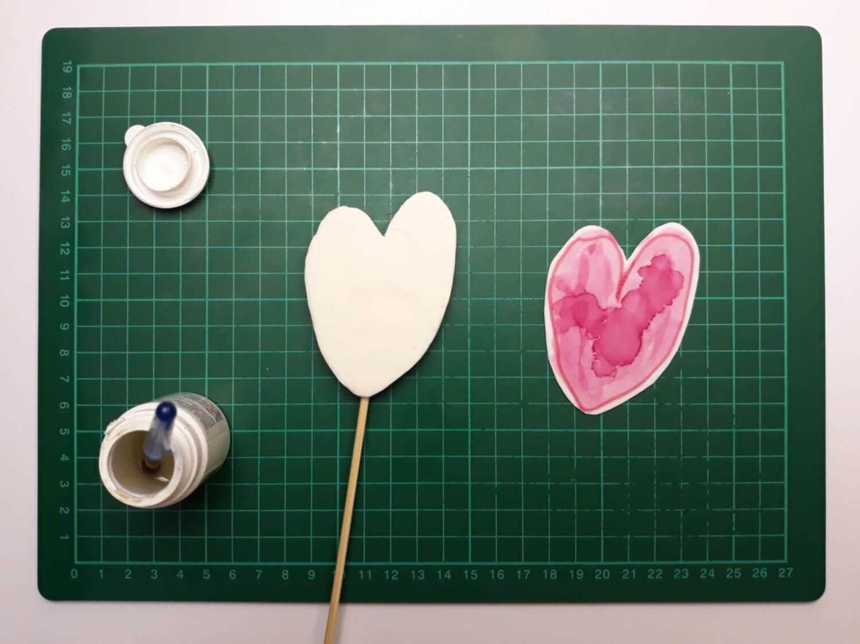 tort z sercami malowanymi na papierze cukrowym na dzień matki, niech twoje dziecko ozdobi tort, pozwól swojemu dziecku ozdobić tort, przygotowanie toppera z papierem cukrowym, sklejania, klej cukrowy, papier cukrowy, masa cukrowa, patyczek, pędzelek, mata samogojąca